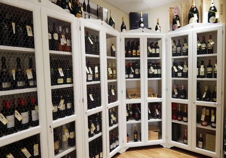 Reparto Vini, Prosecchi e Spumanti. Una stanza a temperatura controllata per mantenere intatte tutte le caratteristiche che un buon vino deve avere.